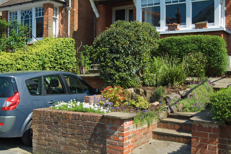 Creative hedge-planting can reduce traffic pollutants