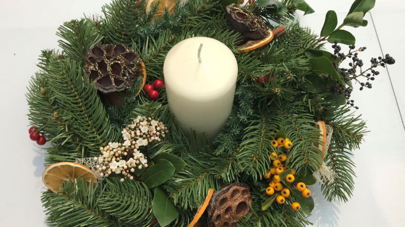 The finished Christmas candle centrepiece for your table