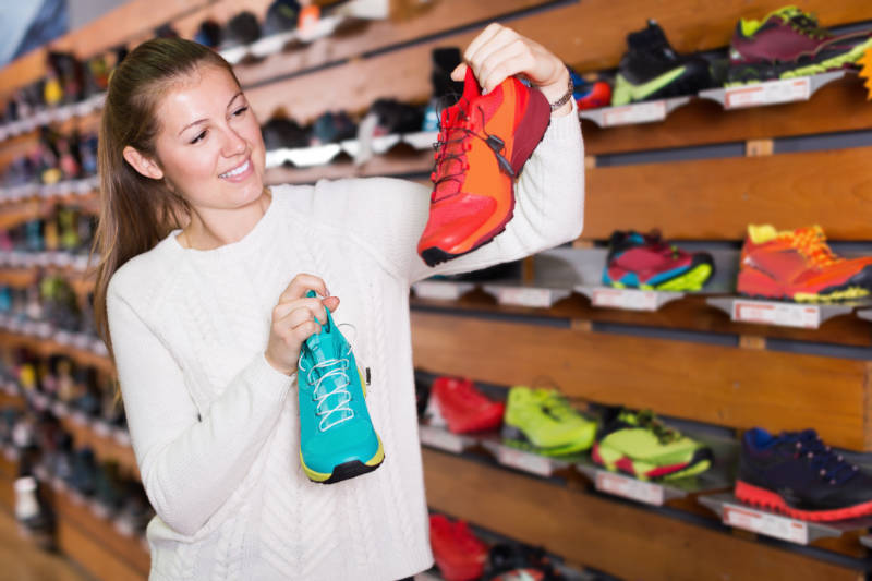How to select running shoes for a marathon - advice for buying from a store.