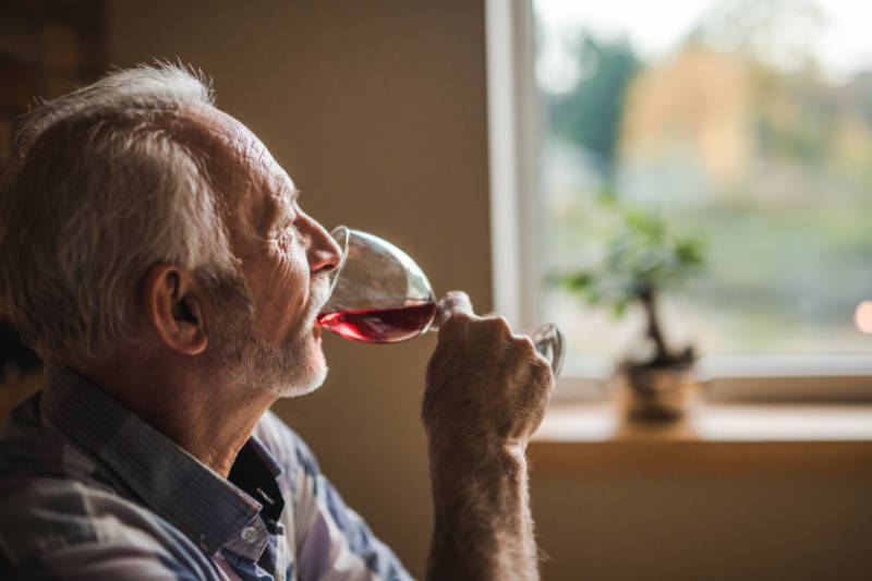 Drinking in moderation is one of the 5 healthy lifestyle habits to adopt.