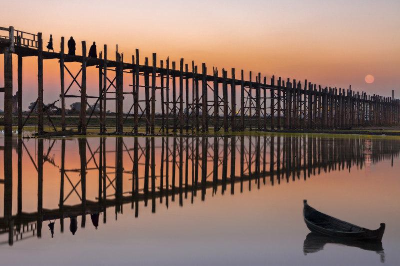 U Bein Bridge in silhouette at the sunset in Madalay, Myanmar