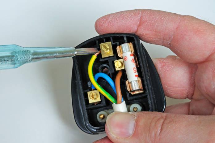 Man wiring English 3 pin 13 amp plug