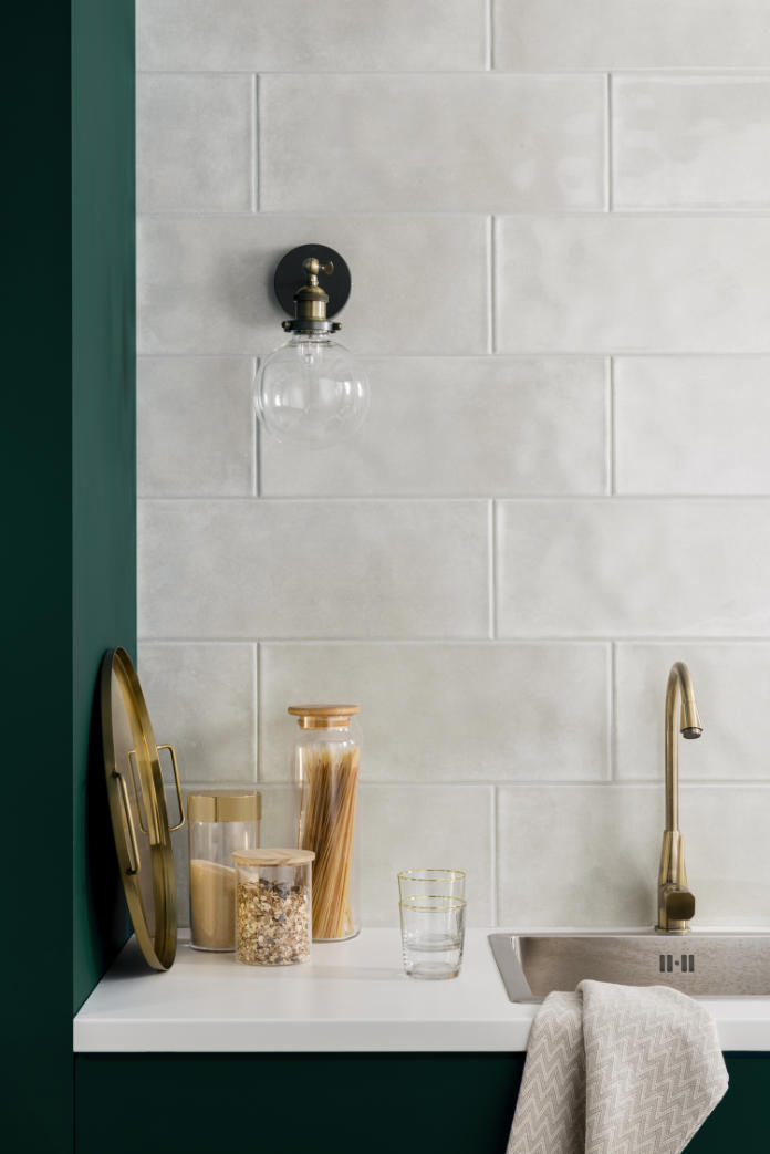 how to tile a splashback - tiling the wall