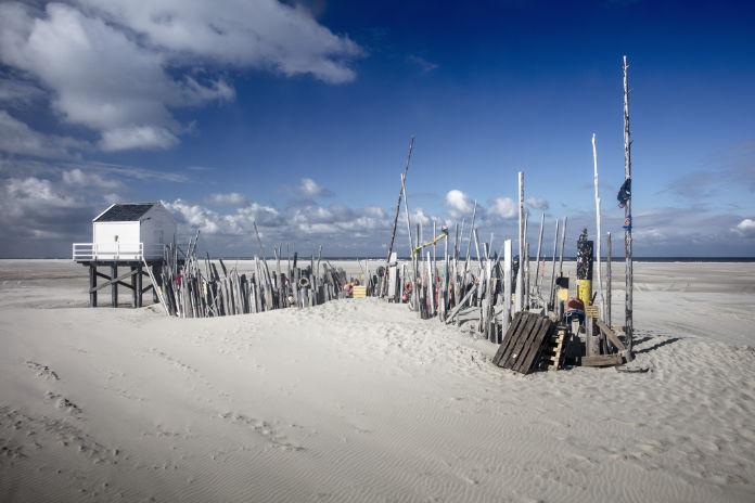 Nederland, Eiland Vlieland, Natuurreservaat De Vliehors.  Drenkelingenhuisje en strandjutter museum. Nature Reserve De Vliehors.