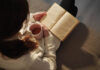 A women reading a crime novel