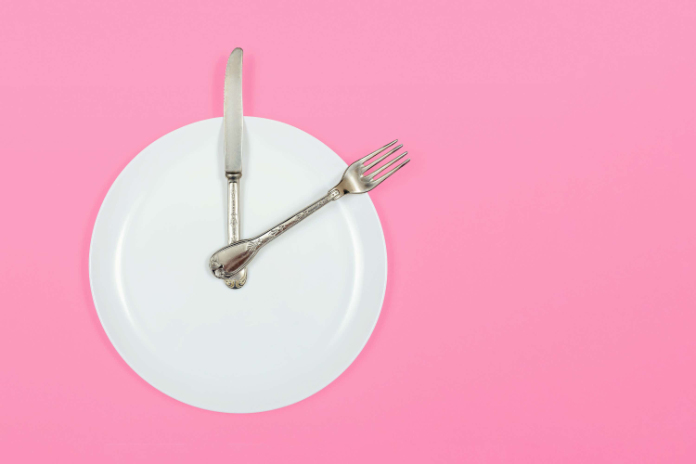A plate with cutlery, symbolising a clock